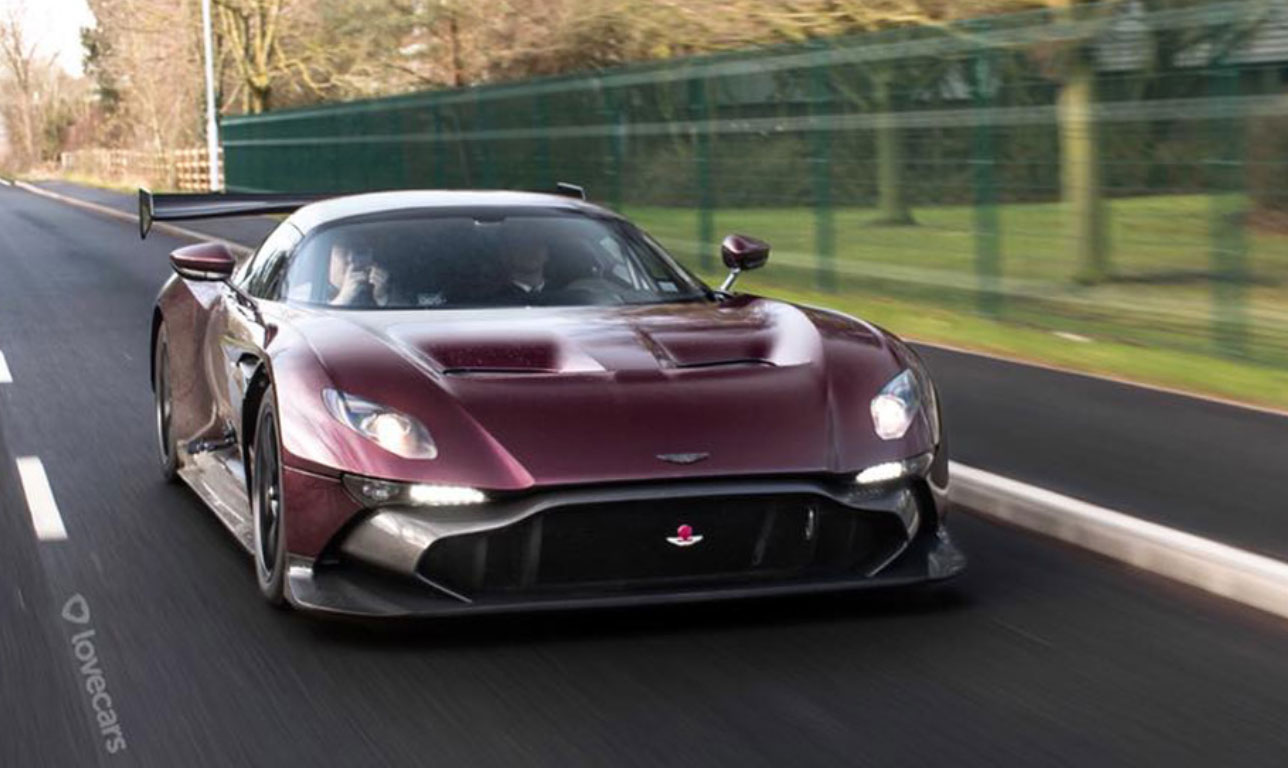 vid o la toute premi re aston martin vulcan sur la route. Black Bedroom Furniture Sets. Home Design Ideas